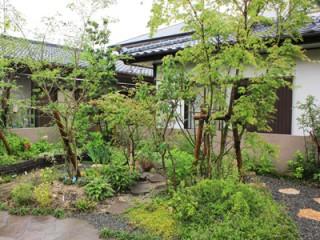 築山のまわりを回遊できる雑木の庭5
