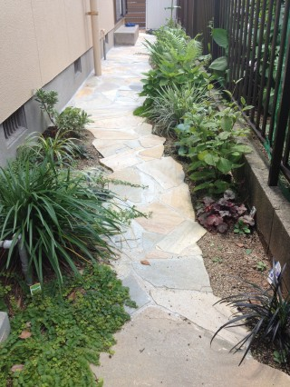 石貼りの小道