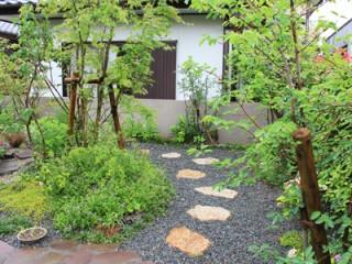 築山のまわりを回遊できる雑木の庭2