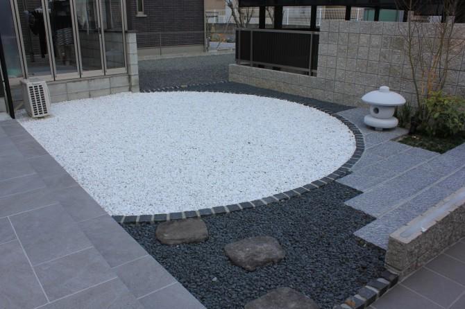 リビング前の坪庭