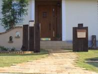 芝生と枕木をふんだんに使った ナチュラルな外構5