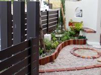 子供たちのために、門の近くに砂場やベンチを設置6