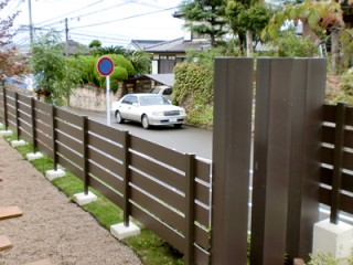 子供たちのために、門の近くに砂場やベンチを設置3