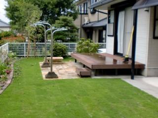 子供たちのために、門の近くに砂場やベンチを設置