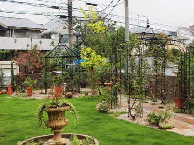 季節の草花を楽しみながら犬と一緒に散策できる庭。
