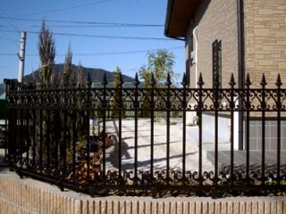 扇状に広がった石張りの階段は、門周りの雰囲気を上品に