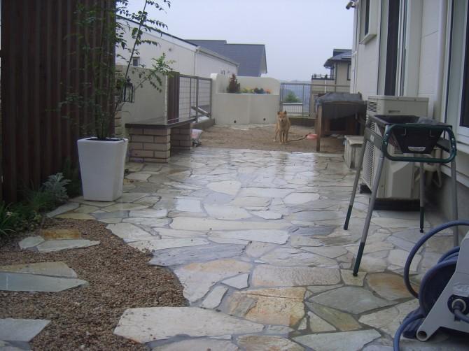 石貼りの庭