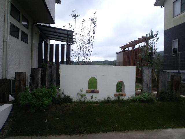 白い壁でのぞき穴があるデザイン壁